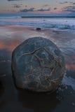 Moeraki Fluss-Steine in Neuseeland Lizenzfreie Stockbilder