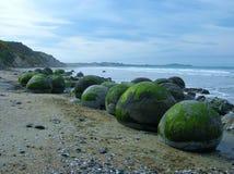 Moeraki Fluss-Steine in Neuseeland lizenzfreie stockfotografie