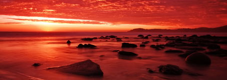 Moeraki Fluss-Steine am Sonnenaufgang Stockbilder