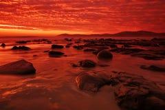 Moeraki Fluss-Steine am Sonnenaufgang Lizenzfreies Stockbild