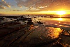 Moeraki Fluss-Steine am Sonnenaufgang Stockfoto