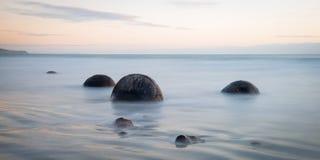 Moeraki-Flusssteine auf dem Koekohe setzen, Neuseeland auf den Strand Lizenzfreies Stockfoto