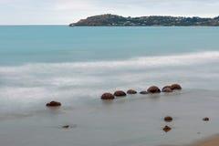 Moeraki-Flusssteine auf dem Koekohe setzen, Neuseeland auf den Strand Stockfotos