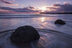 Moeraki-Flusssteine bei Sonnenaufgang, Neuseeland Lizenzfreie Stockfotos