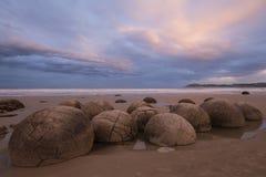 Moeraki-Flusssteine bei Sonnenuntergang, Neuseeland Lizenzfreies Stockbild
