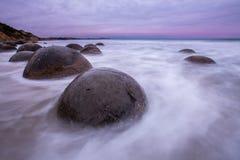 Moeraki-Flusssteine, Südinsel Neuseeland lizenzfreie stockfotografie