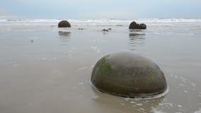 Moeraki głazy w ocean spokojny falach zbiory
