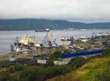 Moermansk, Rusland - Augustus 18, 2013, Mening van de zeehaven van de stad van Moermansk en Kola Bay Royalty-vrije Stock Afbeeldingen