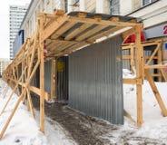 Moermansk, Rusland - Maart 14, 2017: Het houten schermen van het voetpad tijdens bouw Royalty-vrije Stock Fotografie