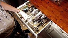 Moers, Γερμανία - 28 Ιανουαρίου 2019: Ξήρανση γυναικών από τα μαχαιροπήρουνα και ταξινόμηση τους στο συρτάρι απόθεμα βίντεο