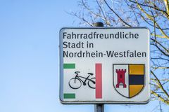 Moers, Γερμανία - 9 Φεβρουαρίου 2018: Γερμανική μετάφραση σημαδιών: Φιλική πόλη ποδηλάτων της Βεστφαλίας Northrhine Στοκ Εικόνα