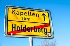 Moers, Deutschland - 9. Februar 2018: Unterzeichnen Sie das Zeigen des Endes von Holderberg und des Anfanges von Kapellen Stockbild