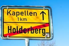Moers, Germania - 9 febbraio 2018: Firmi la mostra la fine di Holderberg e dell'inizio di Kapellen Fotografie Stock