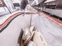 Moers Niemcy, Listopad, - 22 2017: Doręczeniowy torby plombowanie z amazonka pakuneczkami Fotografia Royalty Free