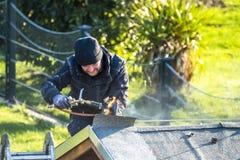 Moers Niemcy, Luty, - 05 2018: Dacharza pracownika benzynowy palnik dla utrzymania Fotografia Royalty Free