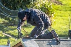 Moers Niemcy, Luty, - 05 2018: Dacharza pracownika benzynowy palnik dla utrzymania Zdjęcia Stock