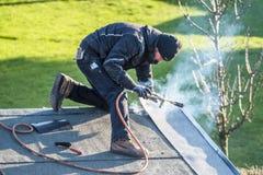 Moers Niemcy, Luty, - 05 2018: Dacharza pracownika benzynowy palnik dla utrzymania Obraz Royalty Free