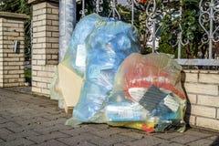Moers Niemcy, Luty, - 09 2018: Typowy niemiec odpady zdojest czekanie w ulicie Obraz Royalty Free