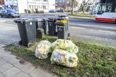 Moers Niemcy, Luty, - 09 2018: Typowy niemiec odpady zdojest czekanie w ulicie Fotografia Royalty Free