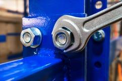Moersleutel en blauwe plank Stock Fotografie