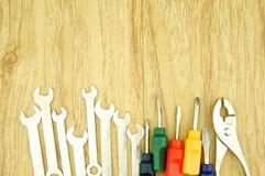 Moersleutel en kleine kleurrijke schroevedraaier Royalty-vrije Stock Foto