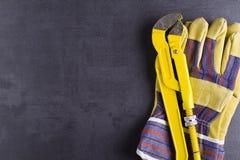 Moersleutel en werkende handschoenen Stock Foto