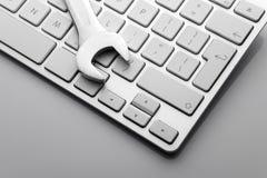 moersleutels op computertoetsenbord Stock Afbeelding