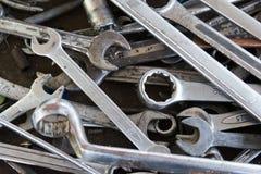 Moersleutels op garagemuur, reeks van moersleutels handig industrieel hulpmiddel, oude moersleutels in mechanische workshop, hand royalty-vrije stock fotografie