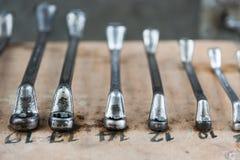 Moersleutels op garagemuur, reeks van moersleutels handig industrieel hulpmiddel, oude moersleutels in mechanische workshop, hand royalty-vrije stock afbeeldingen