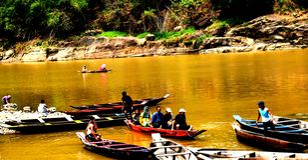 Moessonmening van Umngot-rivier bij Dawaki-dorp, Meghalaya stock foto