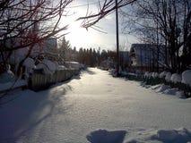Moet door sneeuw in dorp in de voorsteden gaan Stock Afbeeldingen
