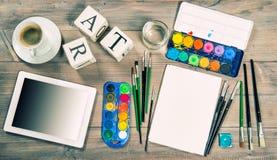 Mofa artística del lugar de trabajo para arriba con las herramientas y los accesorios de la pintura Foto de archivo libre de regalías