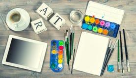Mofa artística del lugar de trabajo para arriba con las herramientas y los artículos de la pintura fotos de archivo libres de regalías
