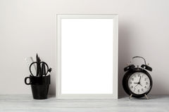 Mofa blanca del marco para arriba con el lápiz y el despertador Fondo interior elegante moderno fotografía de archivo libre de regalías