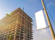 Mofa blanca del recortes para arriba para el anuncio debajo del alto enorme debajo del edificio de la construcción foto de archivo libre de regalías