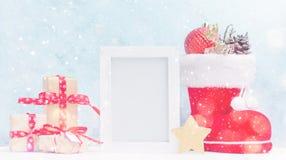 Mofa brillante de la Navidad para arriba con el marco horizontal blanco de la foto: las cajas de regalo, los juguetes, y los abet fotografía de archivo libre de regalías