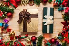 Mofa de la caja de regalo para arriba con las decoraciones de la Navidad Imagen de archivo