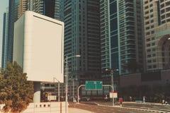 Mofa de la cartelera ascendente y rascacielos en Dubai Fotos de archivo