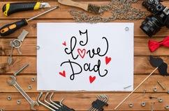 Mofa de la endecha del plano del día del ` s del padre encima de la plantilla con el saludo dibujado mano y las herramientas Fotos de archivo