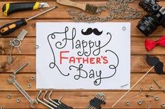 Mofa de la endecha del plano del día del ` s del padre encima de la plantilla con el saludo dibujado mano y las herramientas Fotos de archivo libres de regalías