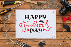 Mofa de la endecha del plano del día del ` s del padre encima de la plantilla con el saludo dibujado mano y las herramientas Imágenes de archivo libres de regalías