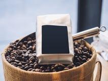 Mofa de la etiqueta del espacio en blanco del paquete de los granos de café encima de la exhibición de la tienda al por menor imagen de archivo