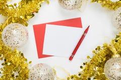 Mofa de la Navidad encima - de la letra en blanco en un fondo blanco en un marco de decoraciones festivas foto de archivo libre de regalías