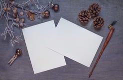 Mofa de la Navidad para arriba con dos tarjetas de la invitación imagenes de archivo