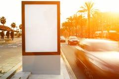 Mofa de la publicidad al aire libre para arriba, tablero de la información pública en el camino de ciudad imágenes de archivo libres de regalías