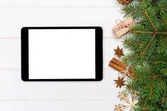 Mofa de la tableta de Digitaces para arriba con las decoraciones de madera del fondo de la Navidad rústica para la presentación d foto de archivo libre de regalías