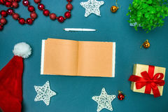 Mofa de la tarjeta de felicitación encima de la plantilla con las decoraciones de la Navidad Fotografía de archivo