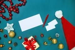 Mofa de la tarjeta de felicitación encima de la plantilla con las decoraciones de la Navidad Imagen de archivo