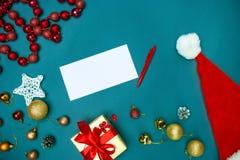 Mofa de la tarjeta de felicitación encima de la plantilla con las decoraciones de la Navidad Foto de archivo libre de regalías