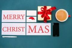 Mofa de la tarjeta de felicitación encima de la plantilla con las decoraciones de la Navidad Imagenes de archivo